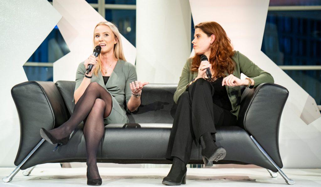 Kim Boon en Leonie Gerritsen in talkshow Spuigasten. Foto: Martijn Beekman